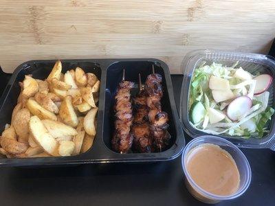 Sate menu met huisgemaakte sate, gebakken aardappelen en een salade